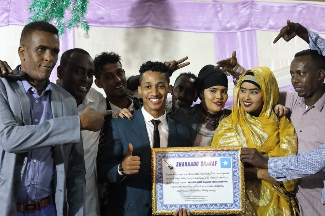 [Daawo Hambalyo] Khadar Keyow iyo Sacdiyo Siman oo la siiyay biladda THE BEST SOMALI SINGERS OF THE YEAR